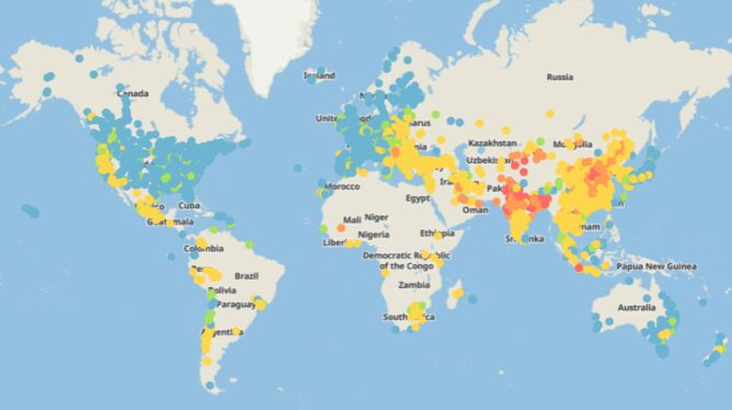 Roczne średnie wartości stężenia PM2,5 dla pięciu tysięcy miast na świecie (niebieski - najlepsza jakość powietrza, czerwony - najgorsza) (źródło: IQAir)