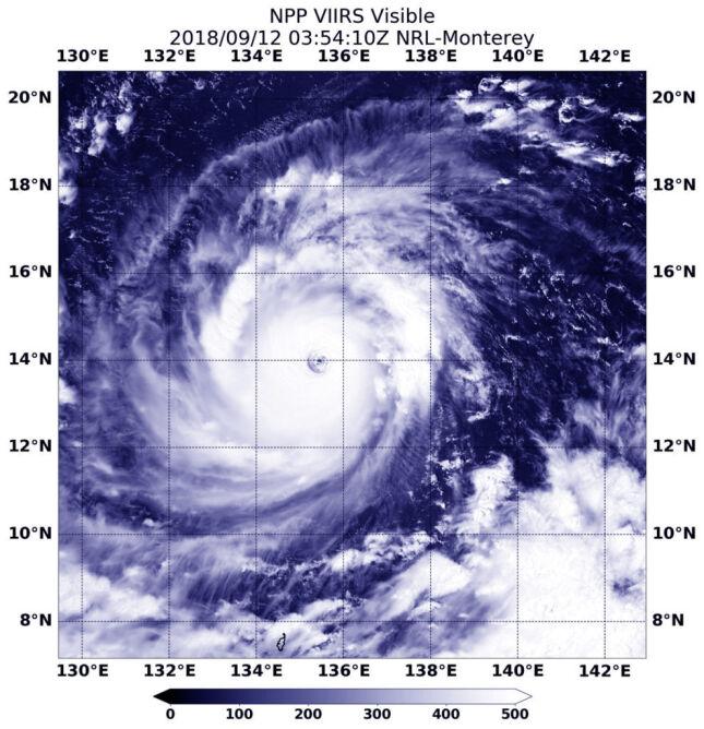 Zdjęcia satelitarne tajfunu Mangkhut z 12 września (NASA/NOAA/NRL)