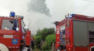 Pożar garażu pioruna w Orzeszkowie w Łódzkiem (KP PSP Poddębice)